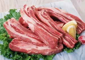 куски свинины на салате